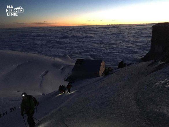 Schronisko Vallot (Refuge Vallot) 4362 m n.p.m. o wschodzie słońca. Ostatni bastion przed szczytem Mont Blanc. Tu mozna przeczekać niepogodę