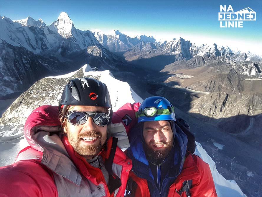 Razem z Piotrkiem stoimy na szczycie Island Peak 6189 m n.p.m. (Himalaje)