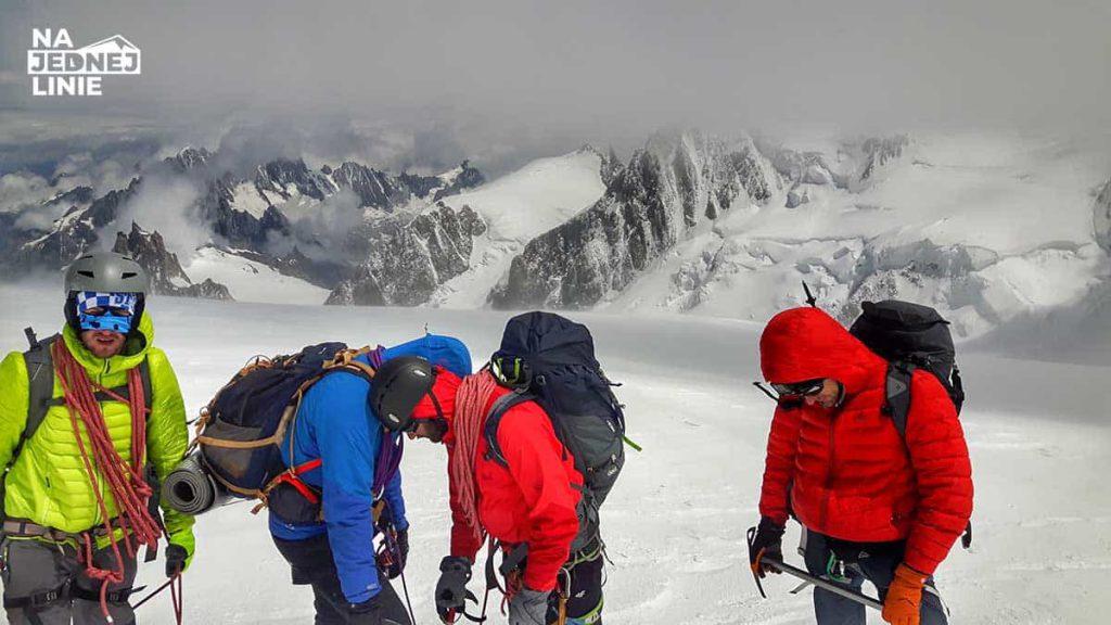 Cała ekipa zdobywców Mont Blanc. Od lewej Łukasz, Wojciech, Piotrek, Irek. Ja robię zdjęcie. Piotrek podczas zdobywania Mont Blanc miał silne objawy choroby wysokościowej co było skutkiem braku poprawnej aklimatyzacji. Przeczytaj artykuł, żeby nie powtórzyć naszego błędu