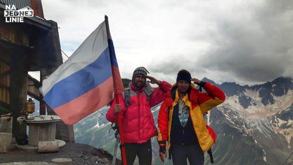 Stacja MIR w drodze na Elbrus na tle kaukaskich gór