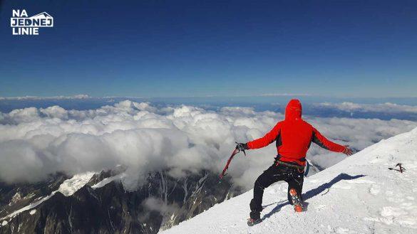 Szczyt Mont Blanc w Alpach. Ponad chmurami. Panorama
