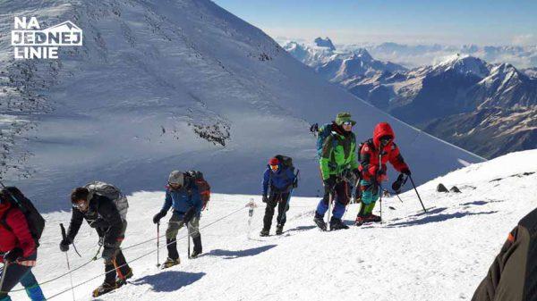 Grupa turystów podchodzi na Elbrus wulkan