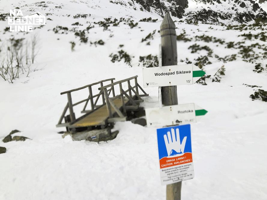 mostek w dolinie pięciu stawów zimą
