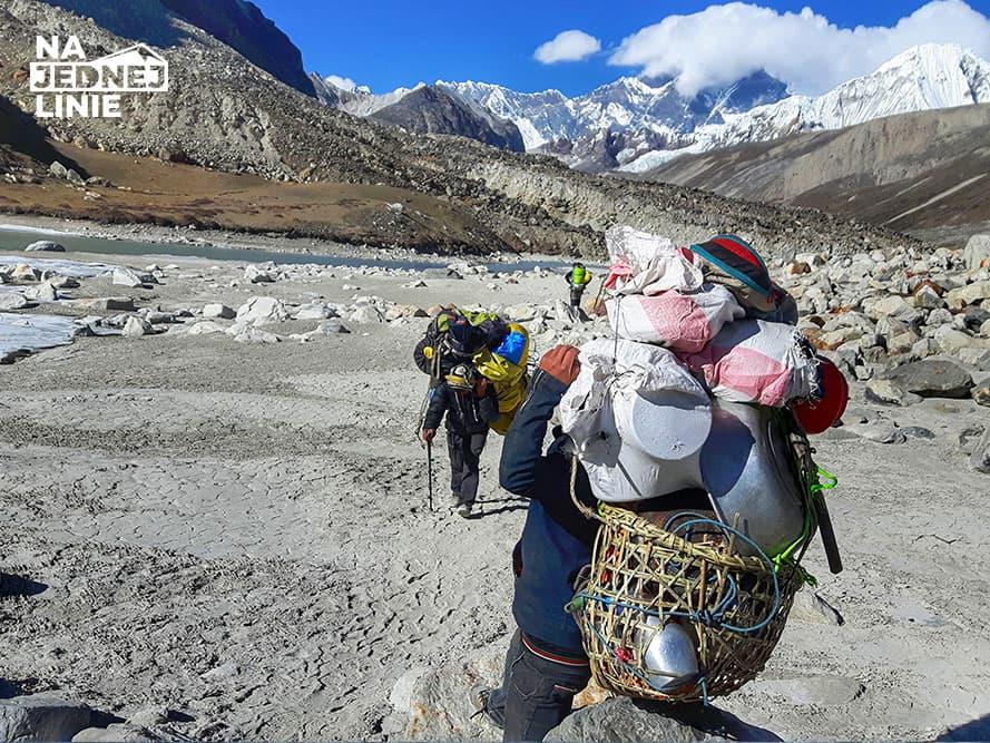 Tragarze z pełnym ekwipunkiem na przełęcz Amhu Lapcha