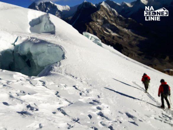 Szczelina na lodowcu podczas zejścia ze szczytu Mera Peak ok. 5500m