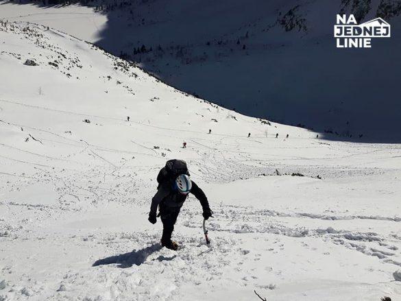 Zimowe podejście na Szpiglasową Przełęcz w kierunku Doliny Pięciu Stawów Polskich