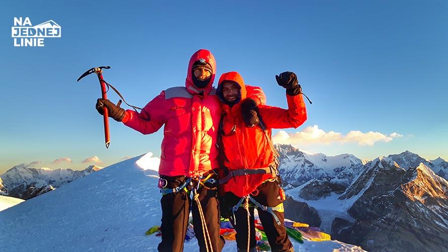 Razem z druhem Piotrem stoimy (lepiej i słabiej zaaklimatyzowani) na szczycie Mera Peak.