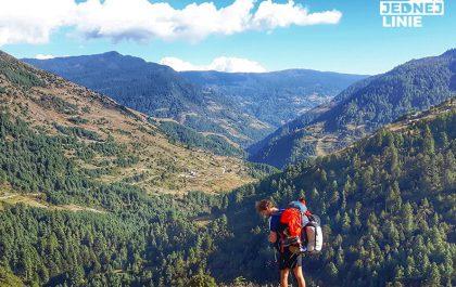 Trekking w Himalajach. Widok na Dolinę w Junbesi