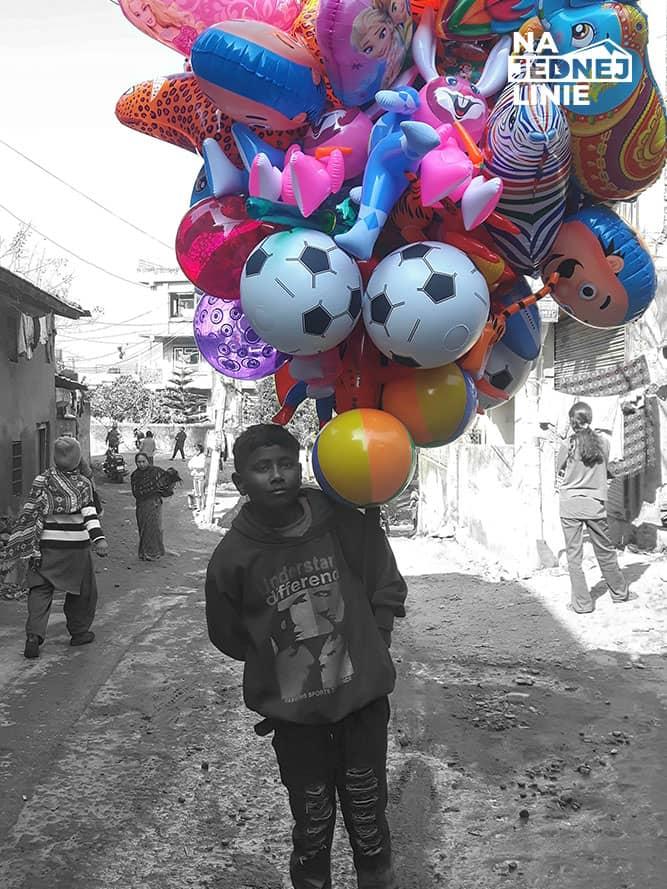 Biedny chłopiec sprzedający balony w Katmandu