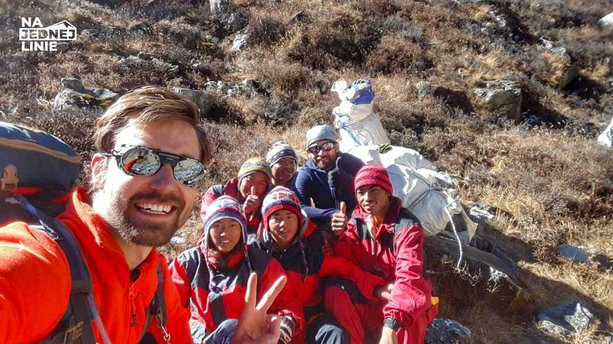 Grupa szerpów tragarzy ekipy szwajcarskiej spotkanej na drodze do Mera Peak
