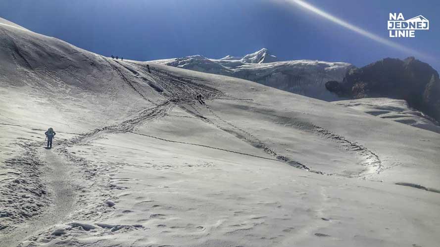 W drodze do wysuniętego obozu Mera Peak High Camp. Po wyjściu na plato zrobiło się bardzo wietrznie. Nie muszę wspominać, że raki i czekan oraz okulary lodowcowy były niezbędnym wyposażeniem
