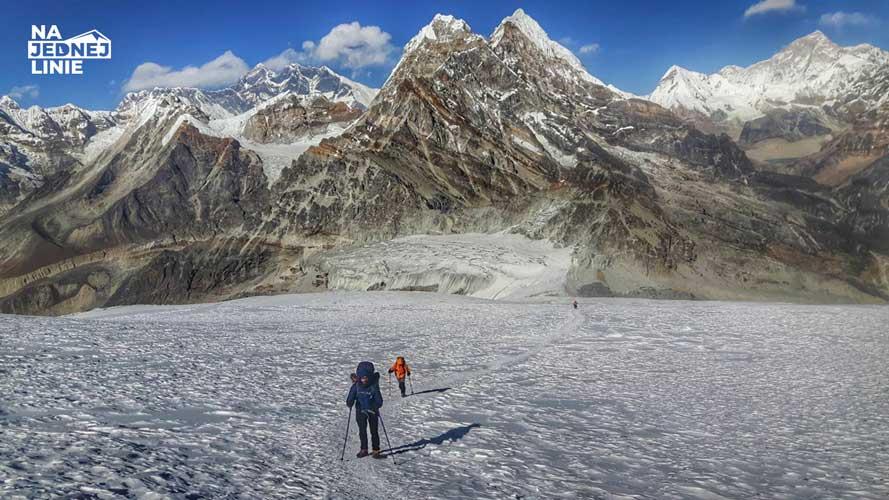 Przepiękna panorama na górskie szczyty w Himalajach