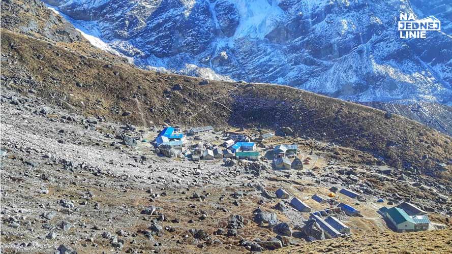 miasteczko Khare widziane z pobliskiego wzgorza podczas wyjscia aklimatyzacyjnego