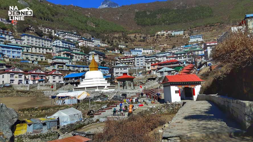 Namche Baazar widok na budynki. Zdjęcie wykonane w dolnych partiach miasteczka