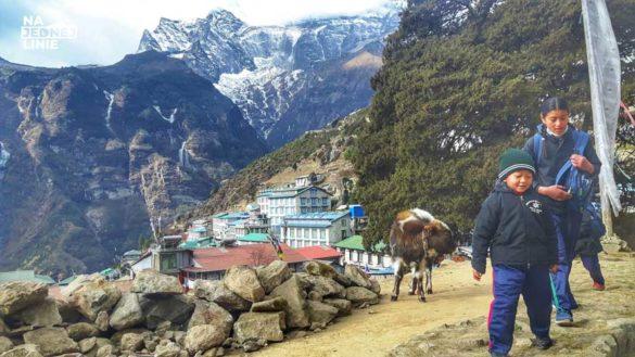 Namche Bazaar w Himalajach - z każdej strony otoczone przez góry