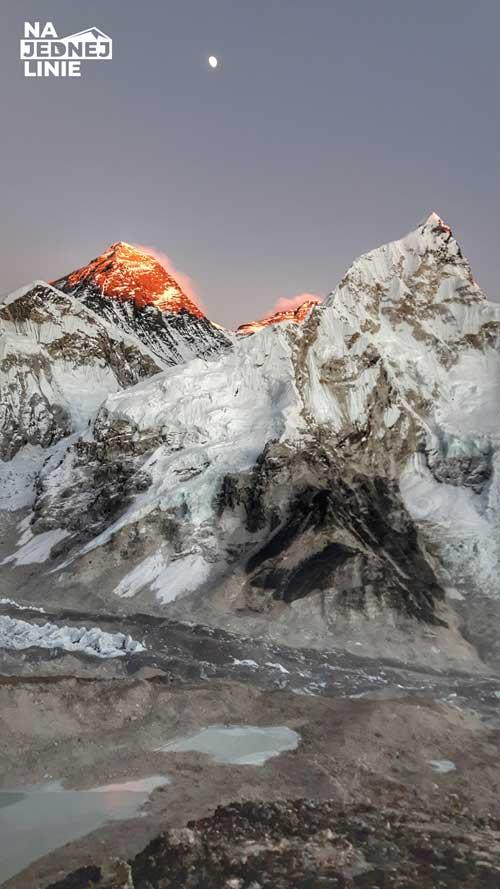 Na zdjęciu widoczne są góry Everest, Lhotse i Nuptse. Zdjęcie wykonane w Everest Base Camp