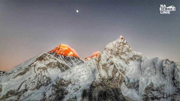 Everest i Lhotse widoczne z Kala Patter. Szczyty łapią ostatnie promienie słońca
