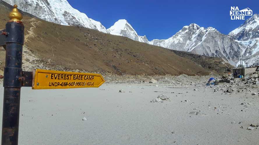 Z Gorak Shep prowadzą dwa szlaki. Jeden na Kala Pattar skąd można dostrzec wierzchołek Everestu, a drugi pod Everest Base Camp