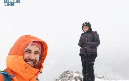 Sarnia Skała Szczyt zimą od Doliny Białego
