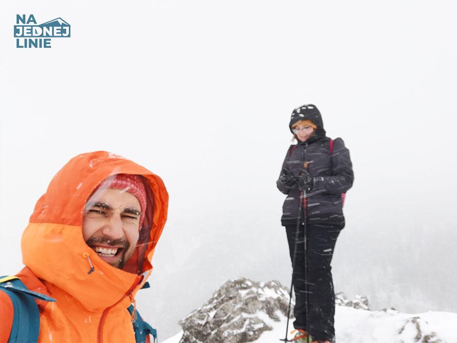 Sarnia Skała okraszona śniegiem. Piękne zdjęcia z Doliny Strążyskiej i Białego