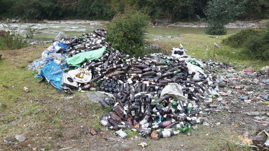 Góra śmieci w Shivalaya w Himalayach.