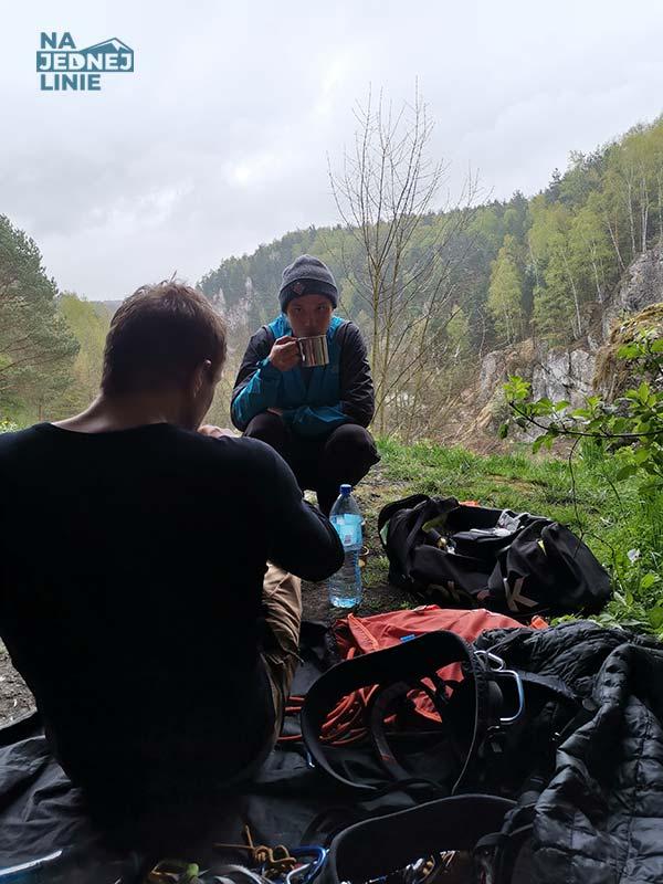 Przerwa w Dolinie Kobylańskiej. Pijemy herbatę zaparzoną w Jet Boil