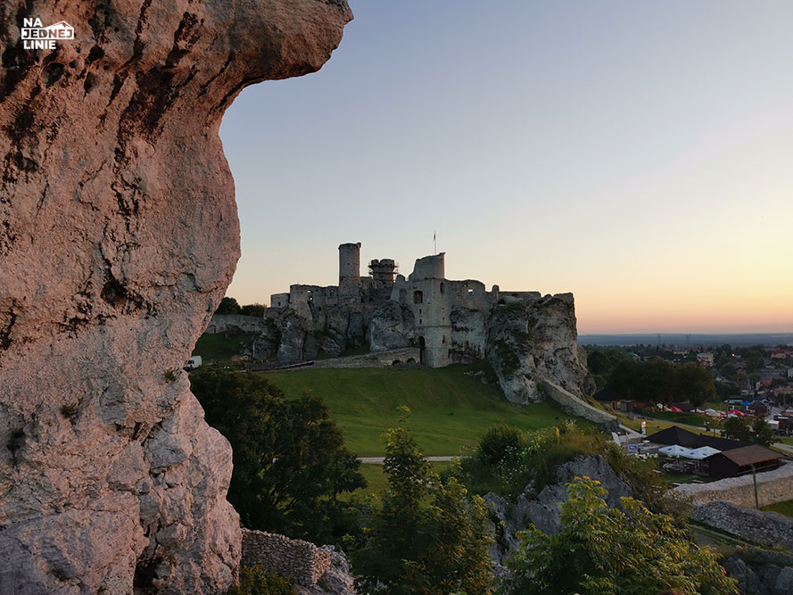 Zamek w Ogrodzieńcu widoczny z pobliskiej skały