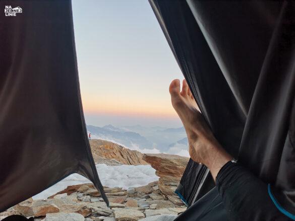 Widok spod zamarzniętej stopy. Znajdujemy się w zachodniej części Alp po stronie Włoskiej, biwak przy schronisku Quintino Sella