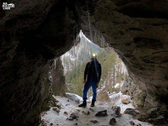 Okno Pawlikowskiego w Jaskini Mylnej w Tatrach. Jaskinia zimą