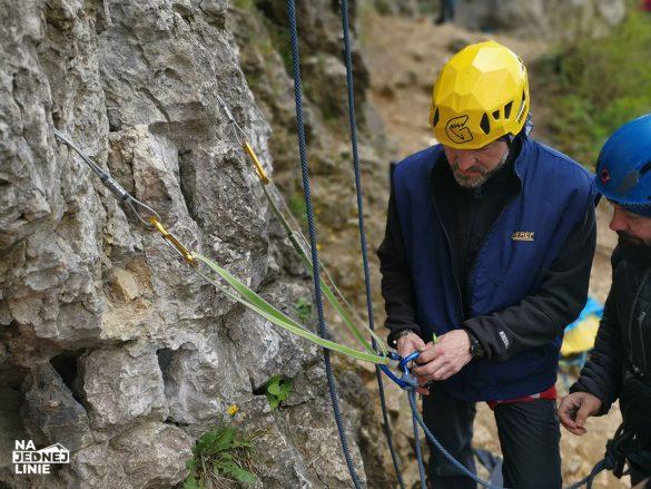 Nauka wspinaczki w skałach na Jurze w Dolinie Kobylańskiej - budowa stanowiska asekuracyjnego z friendów