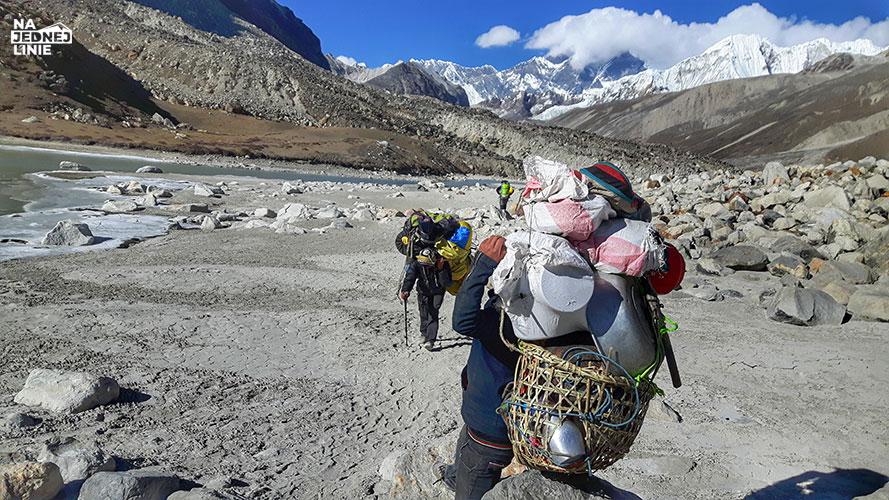 szerpa tragarz w Himalajach